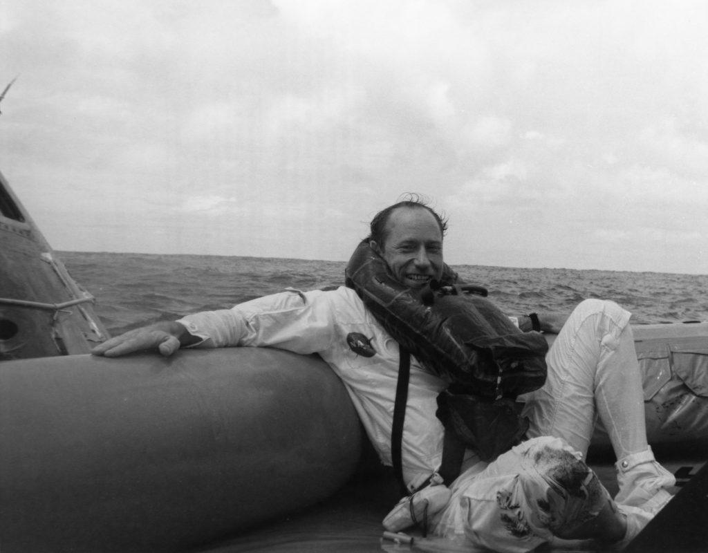 Al Worden después de volver de (orbitar) la Luna con el Apolo 15.