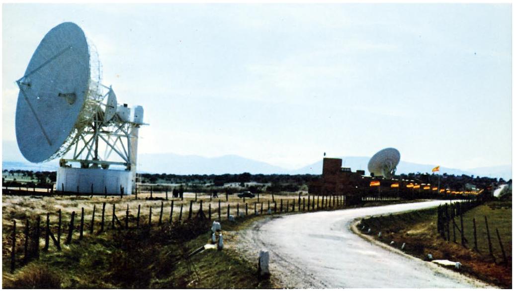 Estación de Telefónica en Buitrago, año 1970. A la izquierda la antena denominada Buitrago II y a la derecha, al fondo, la denominada como Buitrago I.