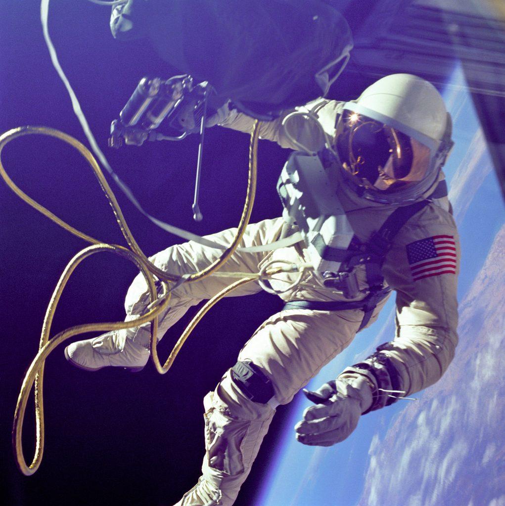 Ed White realizando el primer paseo espacial norteamericano, en la mano izquierda se aprecian dos Omega Speedmaster.
