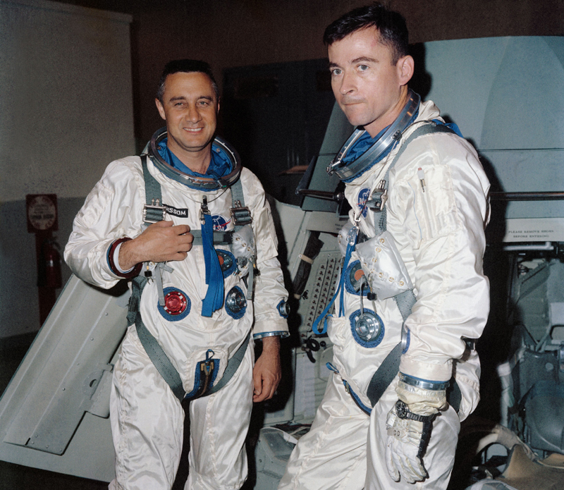 Tripulación del Géminis 3 (Izq. a dcha: Virgil Grissom y John Young con su Speedmaster).