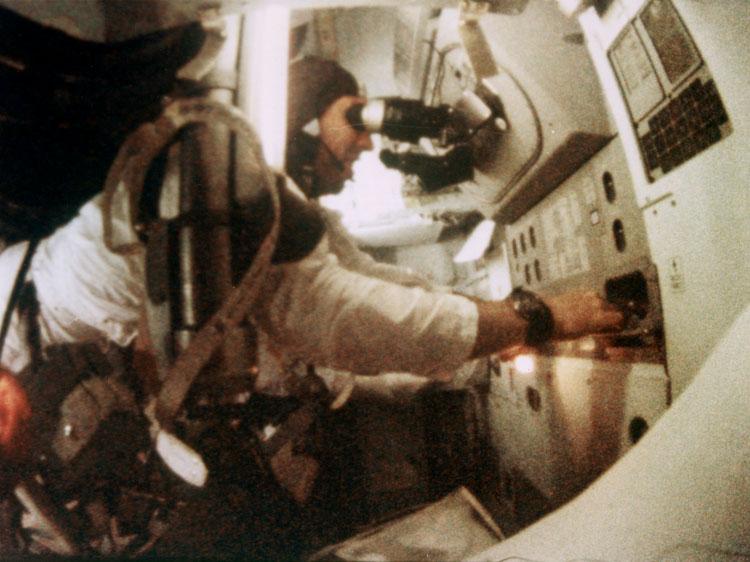 Jim Lovell (Apolo 8) manejando el sistema de guía y navegación.