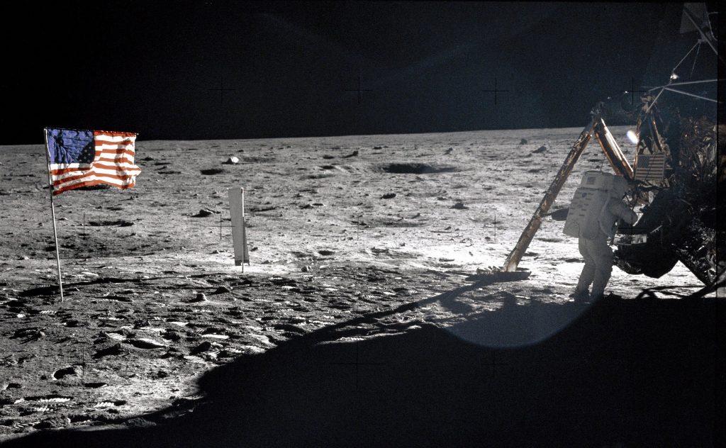 Neil Armstrong en la Luna (Foto NASA: AS11-40-5886).