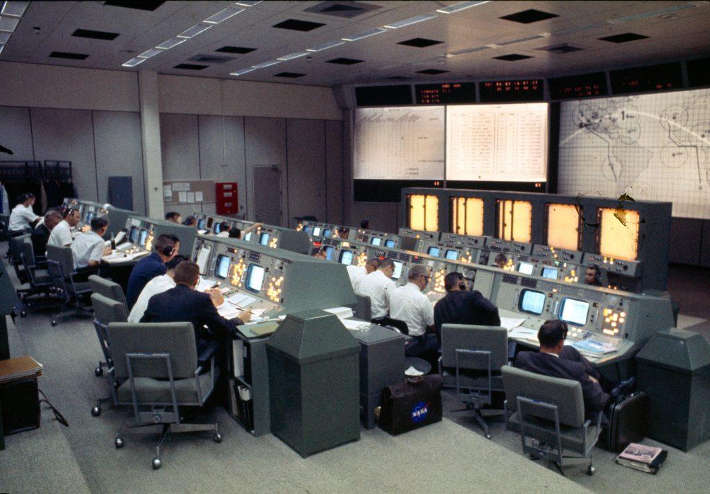 Control de misión de Houston durante el Géminis 4.
