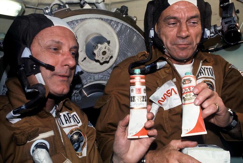 Stafford (izq.) y Slayton (dcha) sujetando comida y bebida rusa.