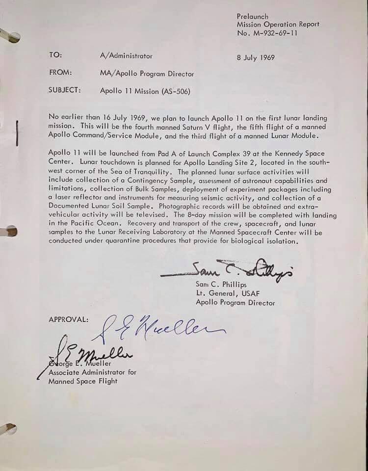 Mission Operation Report (MOR) del Apolo 11 firmado por sus protagonistas: Sam C. Phillips y George E. Mueller.