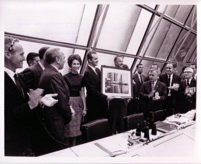 Don Juan Carlos y Doña Sofia recibiendo un presente del Vicepresidente Spiro Agnew en su visita al Firing Room 2 después del lanzamiento del Apolo 14. Foto: KSC-71P-107.